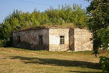 Стара будівля на території комплексу жванецького костелу
