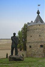 Пам'ятник Устимові Кармелюку біля стін Летичівського замку