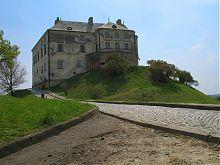 Главная аллея замка Олеско