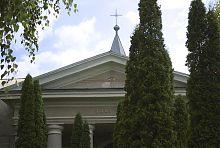 Фронтон центрального фасаду костелу у Волочиську
