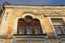 Зтроєна мала віконна арка готелю Ново-Європейський