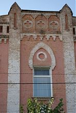 Декор завершення центрального порталу головного фасаду будівлі
