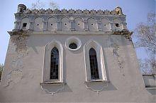 """Стрельчатые окна и """"роза"""" Гусятинской синагоги"""