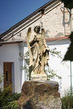 Статуя у дворі хмельницького костелу