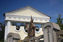 Костьольна дзвіниця і статуя Іоанна Хрестителя в Хмільнику