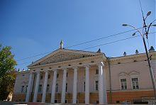 Центральний фасад вінницького музично-драматичного театру ім. Садовського