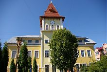 Центральний вхід колишньої ратуши в Надвірній