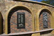 Пам'ятна табличка загиблим 28 листопада 1943 року воїнам ОУН в Надвороной