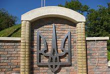 Тризуб верхньої тераси меморіального комплексу в Надвірній