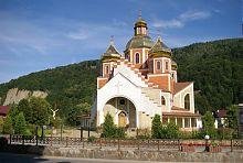 Центральний фасад яремчанської церкви Різдва Іоанна Хрестителя