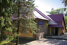 Центральний вхід музею етнографії та екології Карпатського краю в Яремче