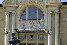 Скульптурна композиція на театральному фасаді в Чернівцях