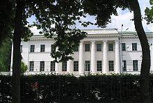 Центральний фасад колишнього поштамту Полтави