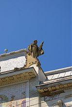 Уранія-Венера з факелом на фасаді Художнього музею