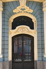 Портал головного входу чиншового будинку по Кобилянській 1 в Чернівцях