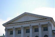 Герб Полтави в тимпані фронтону Дворянського зібрання