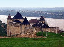 Руины турецкого минарета крепости в Хотине