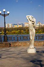 Дівчина з глечиком на набережній парку ім.О.С.Щербакова в Донецьку