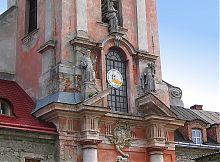 Пілява і фігури святих на головному фасаді дзвіниці Домініканського монастиря Кам'янець-Подільського