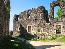 Внутрішній двір замку в Невицькому на Закарпатті