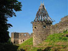 Напівовальним вежа другої лінії оборони замку в Невицькому на Закарпатті
