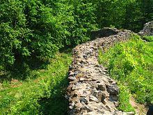 Руїни стіни зовнішньої лінії оборони замку в Невицькому на Закарпатті