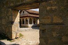 Велика кенаса караїмімів печерного міста Чуфут-Кале в Криму