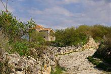 Середня вулиця печерного міста Чуфут-Кале в Криму