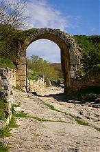 Врата Середньої стіни оборони печерного міста Чуфут-Кале в Криму