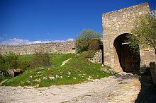 Восточные ворота пещерного города Чуфут-Кале в Крыму