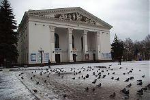 Центральный фасад Мариупольского академического драматического театра