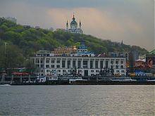 Вид Андреевской церкви в Киеве с левого берега Днепра