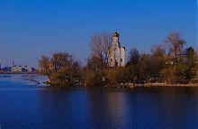 Вид на Миколаївський храм на Монастирському острові
