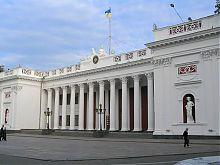 Восточный угол центрального фасада старого здания биржи в Одессе