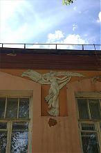 Муза на фасаді державного краєзнавчого музею в Артемівську