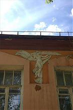 Муза на фасаде государственного краеведческого музея в Артемовске