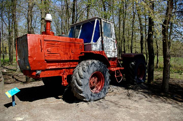 Трактор Т 150 К (экспонат) в Докучаевске.