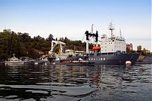 Килекторное судно у причала Западной стороны Южной бухты Севастополя