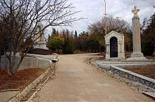 Центральная аллея Братского кладбища на Северной стороне Севастополя