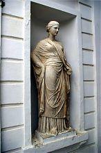 Скульптура античной богини на пилоне Графской пристани в Севастополе
