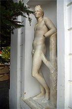 Статуя античного бога у колоннады Графской пристани в Севастополе
