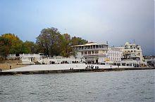 Набережна і будівля Інституту південних морів (на задньому плані) у Севастополі