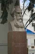 Бюст А.О. Ковалевского возле Института южных морей в Севастополе