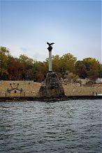 Севастопольский памятник Затопленным кораблям (вид с моря)