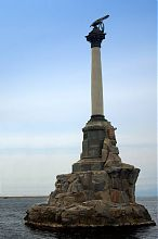 Пам'ятник Затопленим кораблям Севастополя (вид з набережної)