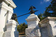 Двуглавые орлы пропилеев Малахова кургана в Севастополе