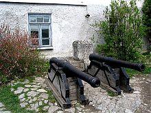 Пушки во внутреннем дворе крепости в Каменец - Подольском