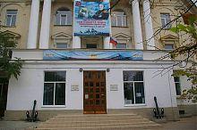 Центральний вхід Морської бібліотеки ім. М.П. Лазарєва в Севастополі