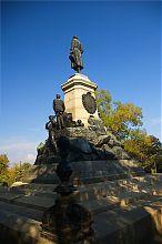 Обратная сторона памятника военному инженеру Тотлебену на Историческом бульваре Севастополя