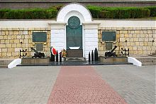 Пам'ятник Героям ескадри на набережній севастопольського Приморського бульвару
